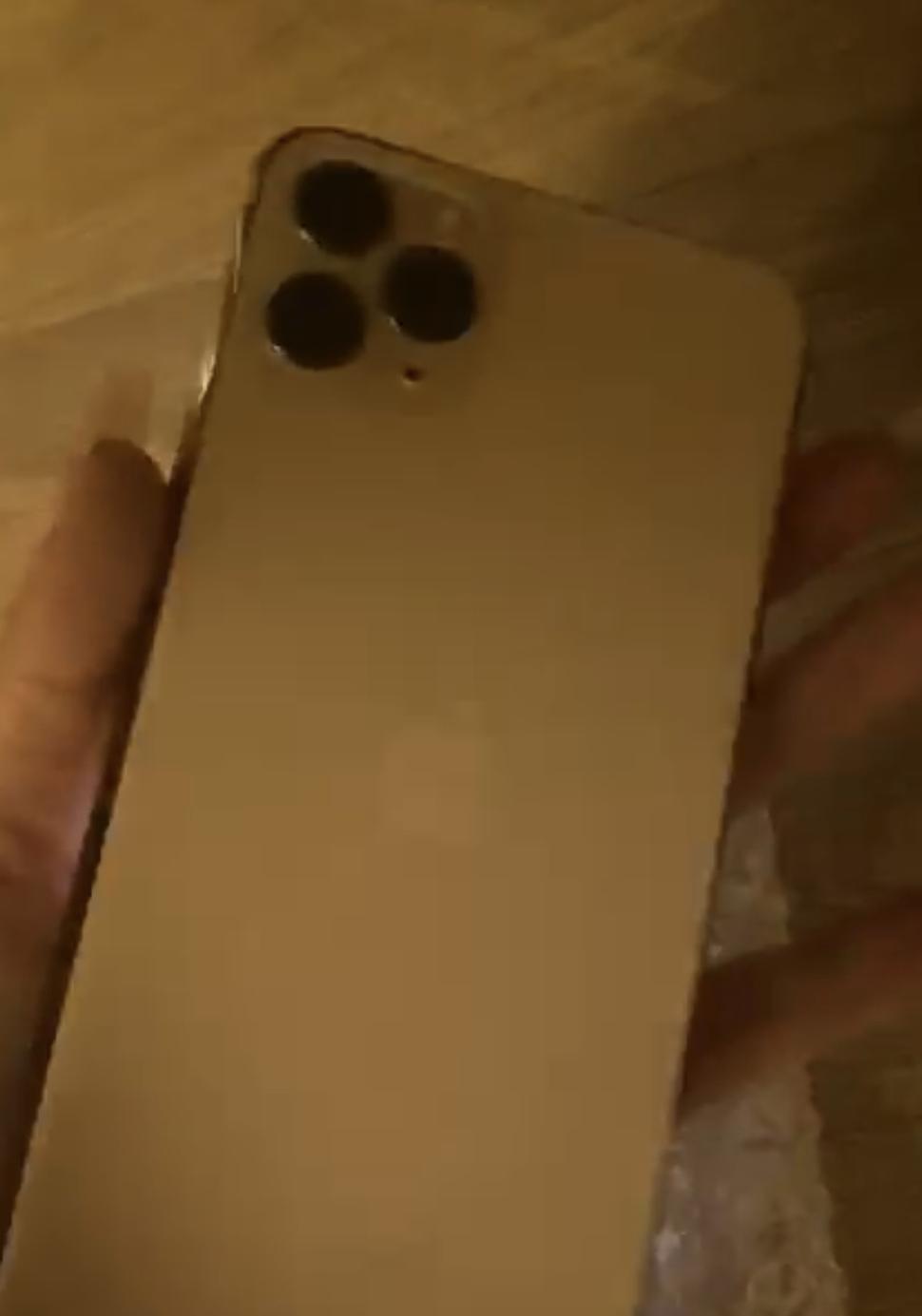 Vendo Iphone 11 Pro Max 64gb con todos los accesorios y parte trasera quebrada.